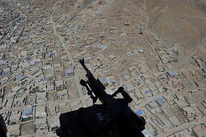 Khẩu súng máy của binh sĩ Quân đội Quốc gia Afghanistan trên một chiếc trực thăng bay qua thủ đô Kabul để tới căn cứ không quân ở Bagram