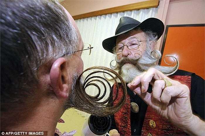 Các ứng viên giúp nhau chải chuốt lại bộ râu trước giờ diễn ra cuộc thi