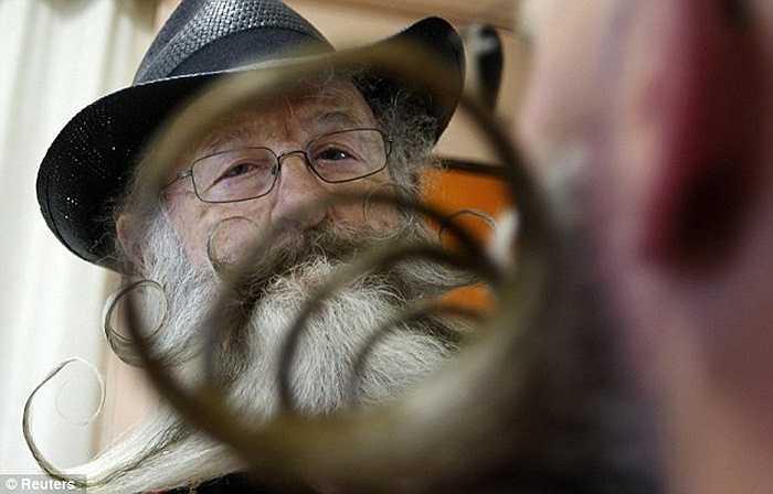 Bộ râu uốn cong nhiều vòng cực ấn tượng của một ứng viên