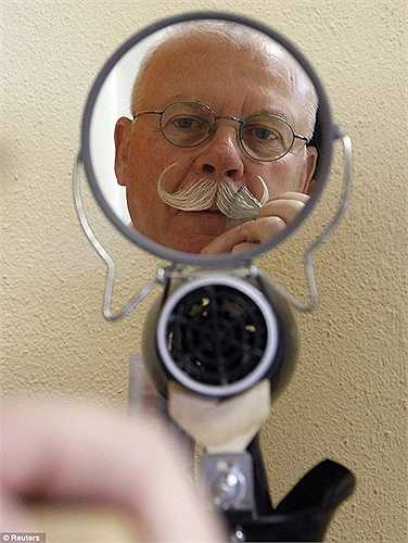 Ứng viên già 'làm đẹp' trước gương để tự tin bước ra sân khấu