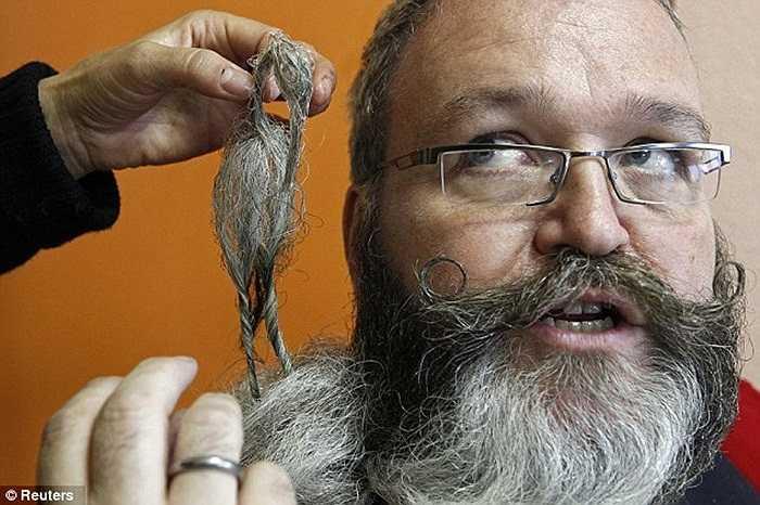 Ứng viên đến từ Đức, ông Elmar Weisser được vợ chăm sóc bộ râu trước lúc lên sân khấu