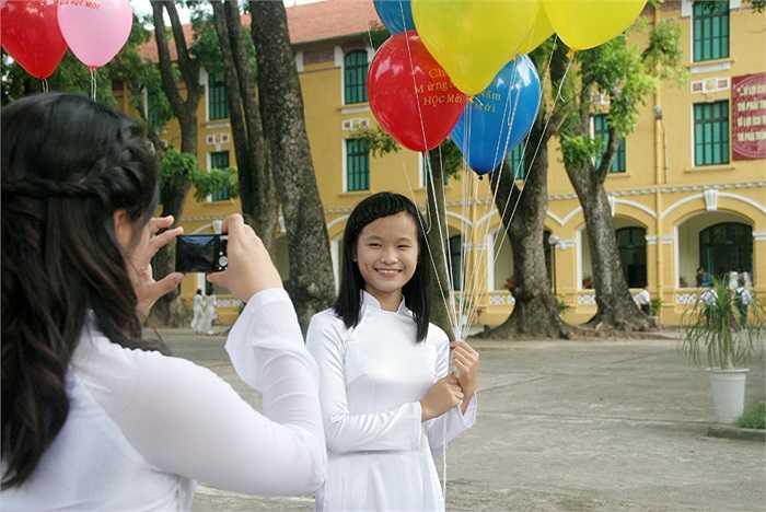 Nữ sinh trường THPT Chu Văn An 'tạo dáng' với bóng bay