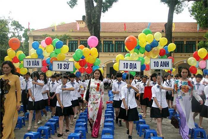 Các thầy cô dẫn dắt những 'đứa con mới' chào mừng mái nhà THPT Chu Văn An