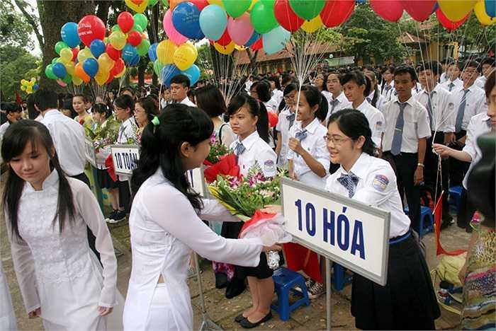 Các anh chị khóa trước tặng lại những bó hoa tươi thắm chúc thành công cho những em học sinh lớp 10.