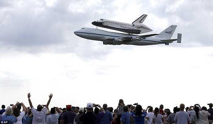 Tàu con thoi Endeavour bay qua Ellington, Houston (bang Texas) hôm 19/9 trong sự hò reo, thích thú của nhiều người