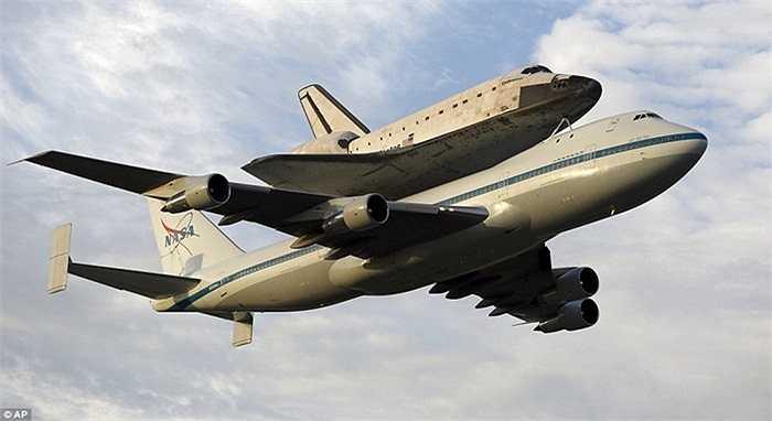 Con tàu được vận chuyển trên một chiếc Boeing 747 cất cánh từ Trung tâm Vũ trụ Kennedy, bang Florida