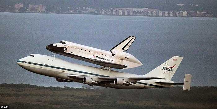 Boeing 747 'cõng' tàu con thoi Endeavour trong suốt cuộc hành trình từ Florida tới California
