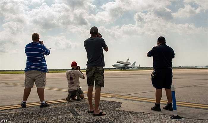 Những người hiếu kỳ tranh thủ ghi lại khoảnh khắc tàu Endeavour đáp xuống sân bay Ellington