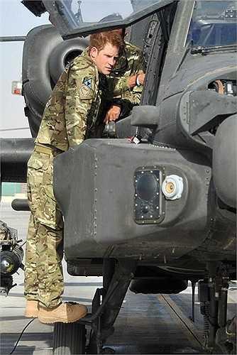 Hoàng tử 'ăn chơi' Harry của Hoàng gia Anh bên cạnh chiếc trực thăng săn khủng bố Apache do anh điều khiển