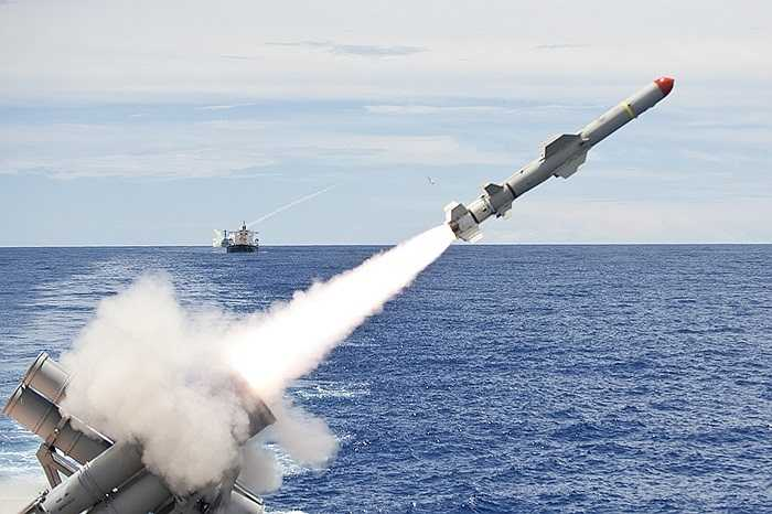 Tuần dương hạm tên lửa USS Cowpens lớp Ticonderoga của Hải quân Mỹ đang bắn tên lửa Harpoon trong một cuộc tập trận bắn đạn thật ở Thái Bình Dương