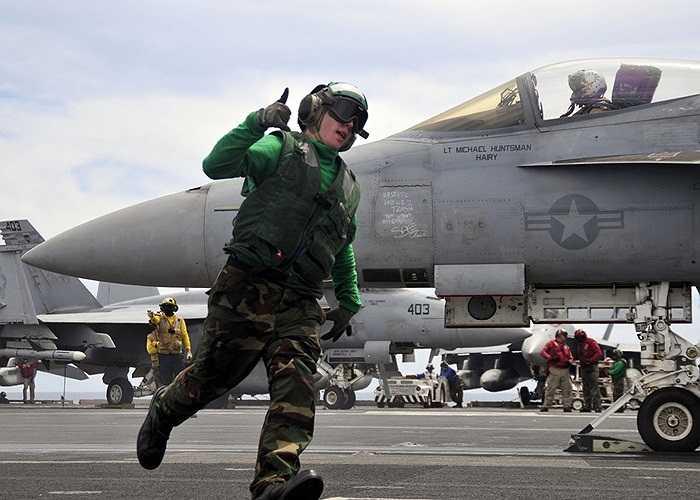 Máy bay chiến đấu F/A-18E Super Hornet trên tàu sân bay USS George Washington chuẩn bị cất cánh