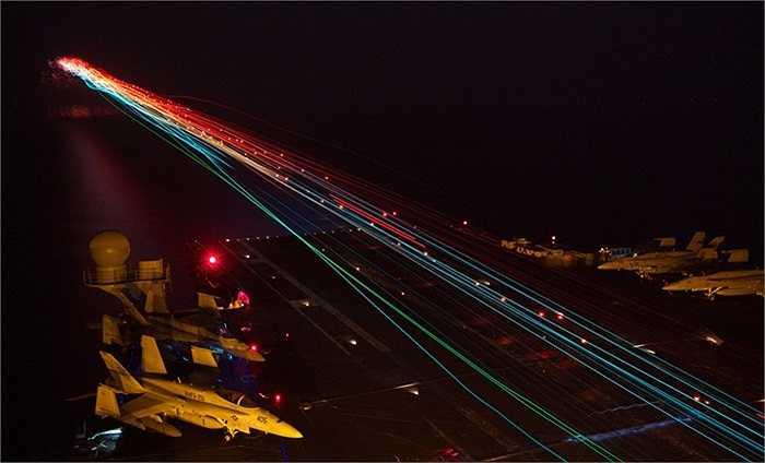 Cảnh máy bay chiến đấu hạ cánh trên tàu USS Enterprise, Hạm đội 5, Hải quân Mỹ đang làm nhiệm vụ ở biển Arab
