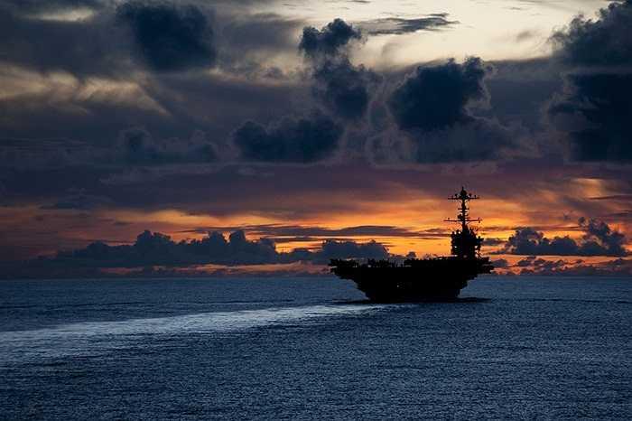 Tàu USS George Washington trên đường tuần tra Thái Bình Dương trong cảnh hoàng hôn