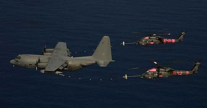 Máy bay tiếp nhiên liệu của Mỹ giúp trực thăng Mexico bơm nhiên liệu để tìm kiếm 2 ngư dân bị thương đang trôi dạt ngoài biển Acapulco