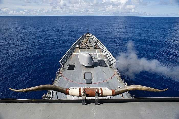 Tuần dương hạm tên lửa USS Cowpens đang bắn đạn 12.7mm trong một cuộc diễn tập ở Thái Bình Dương