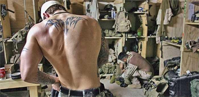 Binh sĩ đặc nhiệm SEAL chuẩn bị trước khi lên đường