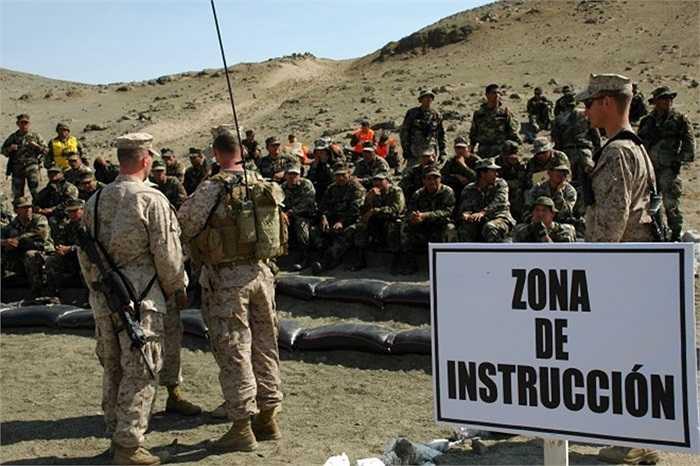 Lính thủy đánh bộ Mỹ và Peru đang trao đổi với nhau trước một cuộc tập trận chung