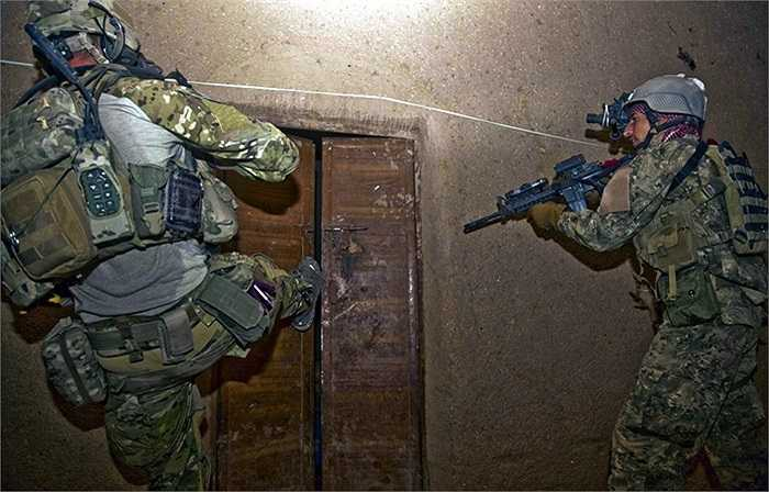 Binh sĩ NATO và quân đội Afghanistan đạp cửa xông vào một căn hộ nghi ngờ có các phần tử nổi loạn