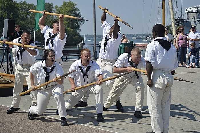 Thủy thủ trên tàu USS Constitution đang luyện tập cho một sự kiện của Hải quân Mỹ