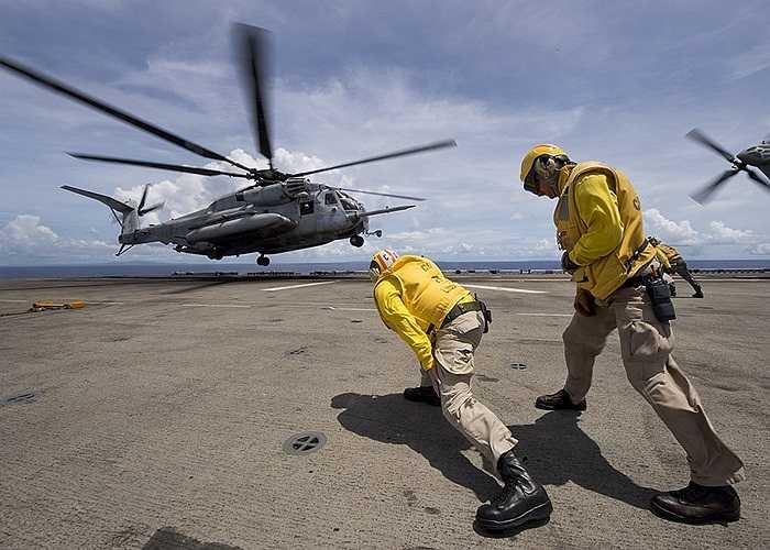 Trực thăng CH-53E Sea chuẩn bị hạ cánh xuống tàu đổ bộ USS Bonhomme Richard của Hải quân Mỹ tại biển Philippines