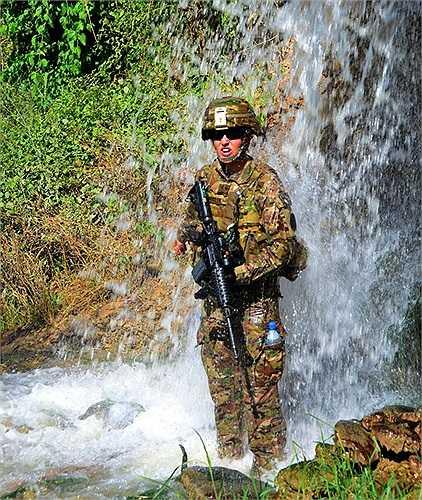 Binh sĩ thông tin của quân đội Mỹ dầm mình dưới dòng suối tại Afghanistan