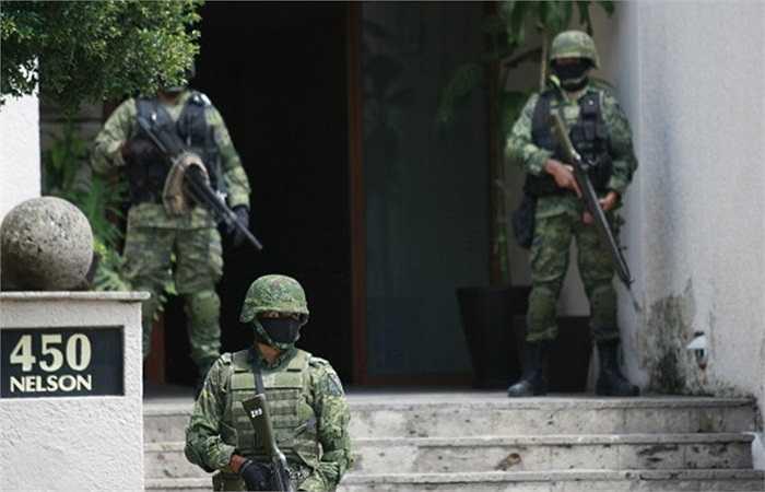 Binh lính làm nhiệm vụ tuần tra trong chiến dịch chống buôn lậu ma túy tại Guadalajara, Mexico