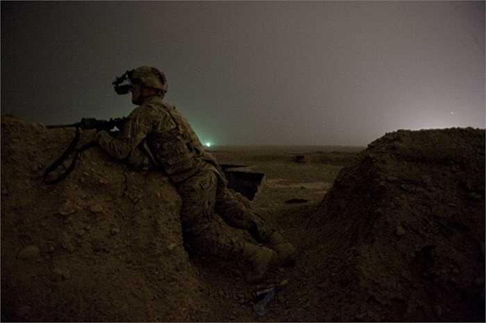 Binh sĩ NATO đi tuần tra gần sân bay quân sự Kandahar, trên đồi Devils, Afghanistan