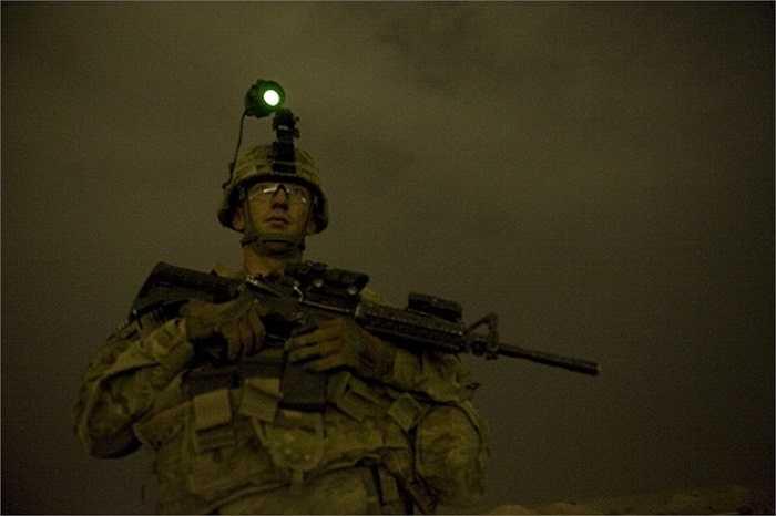 Trung sĩ Walls Truman của quân đội Mỹ làm nhiệm vụ canh gác trên đồi Devils, Afghanistan trong một buổi tuần tra đêm