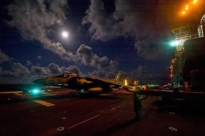 Một pha cất cánh của các máy bay chiến đấu trên tàu chiến USS Bonhomme Richard của Hải quân Mỹ đang hoạt động tại vùng biển Philippines