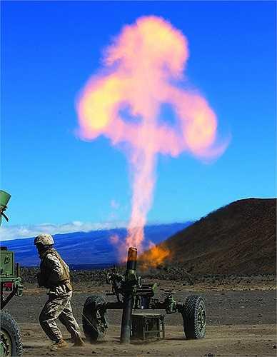 Binh sĩ lính thủy đánh bộ Mỹ đang sử dụng hệ thế súng cối M327 120-mm mới đưa vào phục vụ tại khu vực thử nghiệm quân sự Pohakuloa, Hawaii