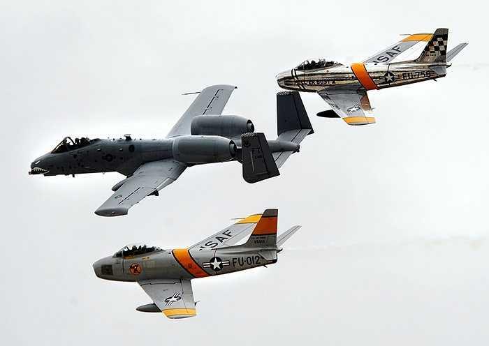 Một buổi bay tập của Thần sấm A-10 Thunder (giữa) và các máy bay F-86 Sabres