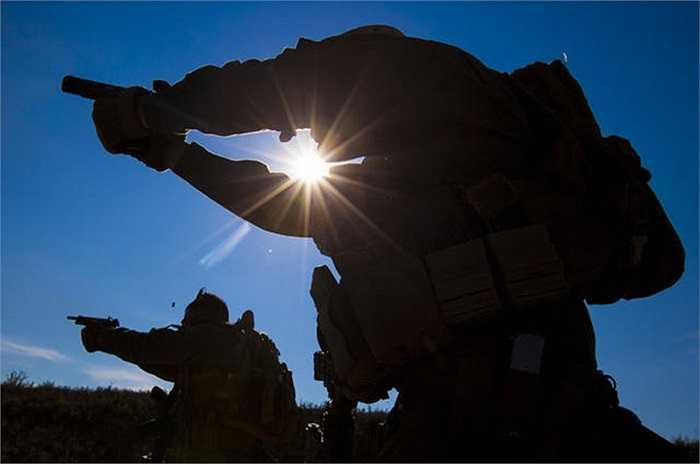 Hai binh sĩ lính thủy đánh bộ Mỹ luyện tập kĩ năng bắn súng ngắn trong chương trình đào tạo tại Crawfordsville, Arkansas, Mỹ