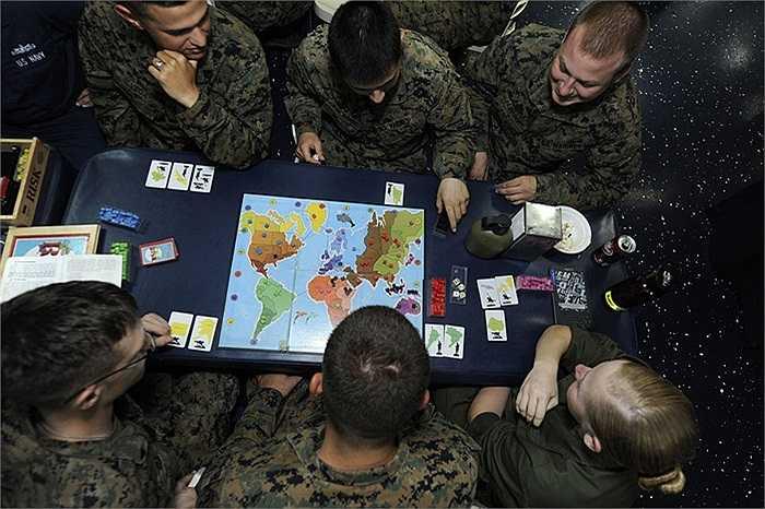 Các binh sĩ Đơn vị lính thủy đánh bộ viễn chinh số 31 đang chơi trò chơi trên tàu USS Bonhomme Richard đang làm nhiệm vụ tại biển Philippines