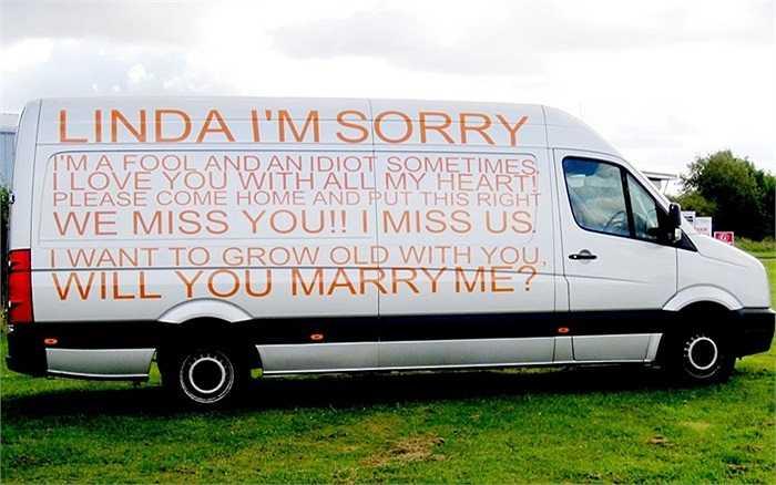 Lời xin lỗi và cầu hôn được người đàn ông sơn lên mạn phải chiếc xe của mình để gửi tới người cô gái anh yêu