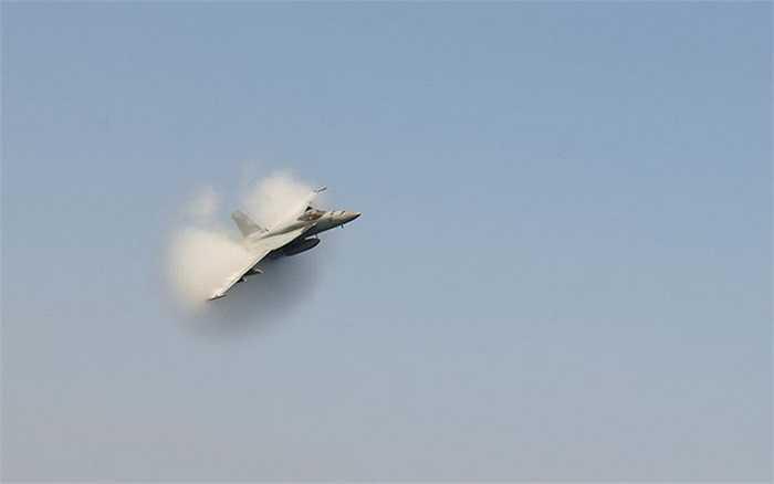 Một máy bay F/A-18E Super Hornet cất cánh từ tàu sân bay USS Enterprise của Mỹ trên biển Arab