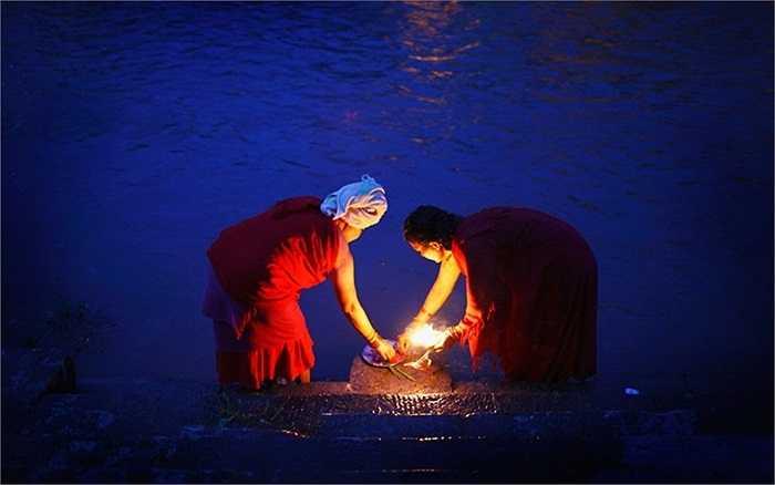 Những người phụ nữ Nepal đang cầu nguyện trên dòng sông Bagmati