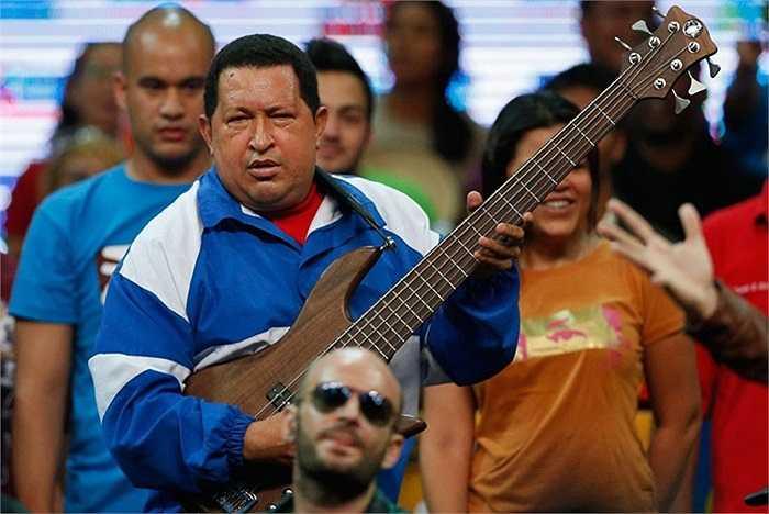 Tổng thống Venezuela Hugo Chavez cùng với một cây guitar bass trong một cuộc mít tinh tại Caracas