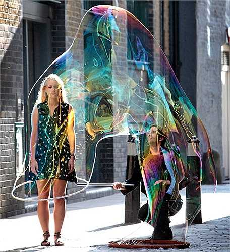 Nghệ nhân thổi bong bóng nhốt cô gái trong quả bóng của mình tại London, Anh