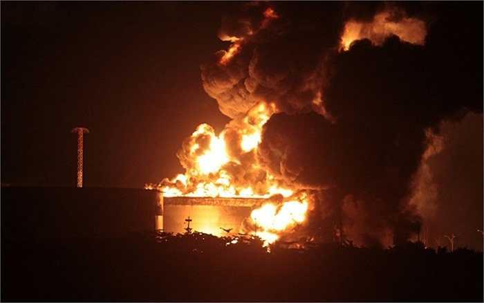 Ngọn lửa cháy bùng lên ở nhà máy lọc dầu tại Venezuela