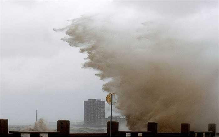Sóng biển đánh vào bờ trong cơn bão tại Montevideo, Uruguay