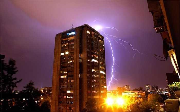 Sét đánh lên đỉnh các tòa nhà trong cơn giông tại Belgrade, Serbia