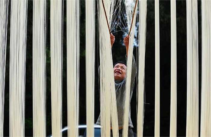 Người đàn ông phơi mì sợi ở tỉnh Tứ Xuyên, miền tây nam Trung Quốc