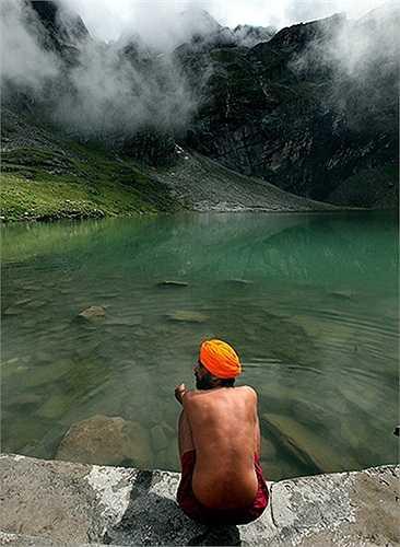 Người đàn ông bên hồ nước thiên nhiên ở Chamoli, Ấn Độ