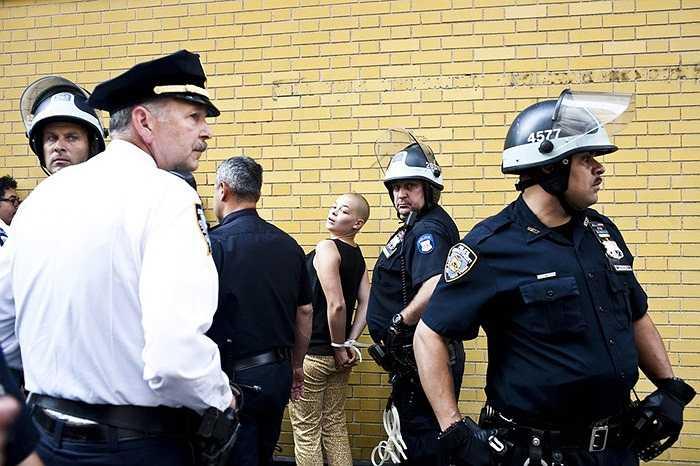 Cảnh sát khống chế người biểu tình chiếm phố Wall gần công viên Zuccotti, New York, Mỹ