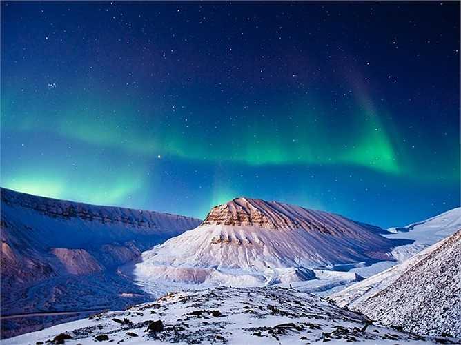 Cảnh Bắc Cực quang trên núi tuyết ở vùng Longyearbyen, Na Uy