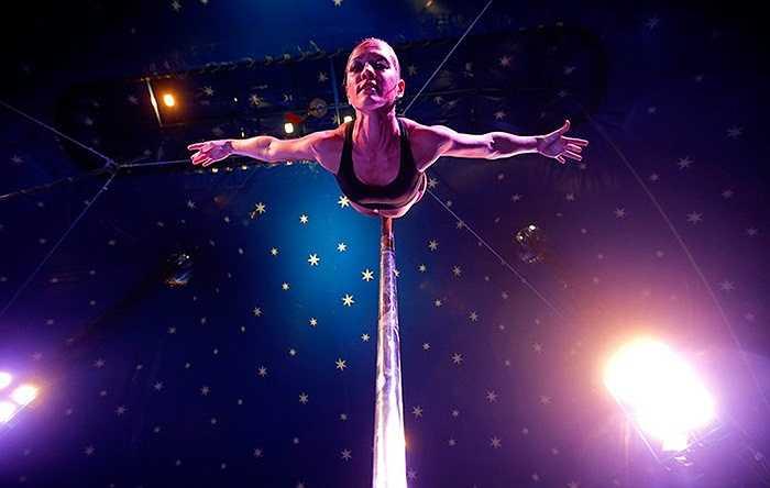 Nữ vận động viên người Hungari Eszter Szlavi biểu diễn trong cuộc thi múa cột được tổ chức ở Budapest
