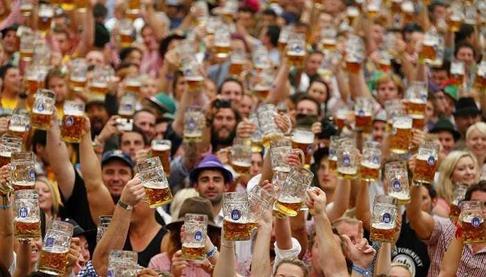 Mọi người tưng bừng tham gia lễ hội bia ở Munich, Đức