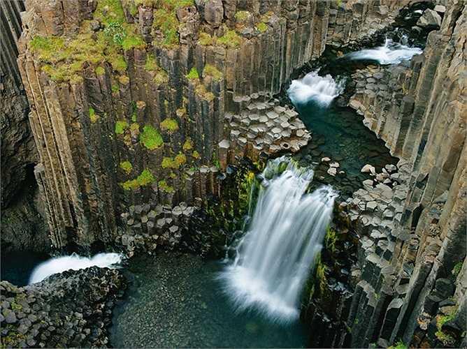 Vẻ đẹp hùng vĩ của thác nước Litlanesfoss, Iceland.