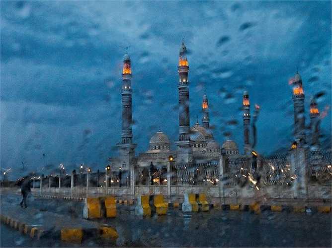 Hình ảnh ngôi đền Al Saleh ở Yemen nhạt nhòa sau ống kính dưới trời mưa tầm tã.