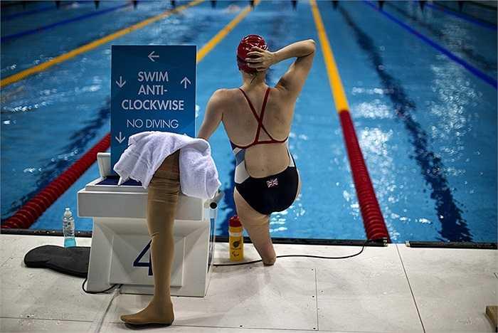 Nữ vận động viên khuyết tật người Anh khởi động trước vòng bơi tự do 100m trong khuôn khổ Thế Vận hội Paralympic 2012 diễn ra ở thủ đô London.